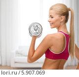 Купить «Молодая спортивная женщина выполняет сгибание рук с гантелями», фото № 5907069, снято 23 марта 2013 г. (c) Syda Productions / Фотобанк Лори