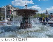 Фонтан Большого театра (вид на гостиницу Метрополь) (2014 год). Редакционное фото, фотограф Юрий Баулин / Фотобанк Лори