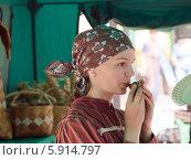 Девушка с глиняной свистулькой (2014 год). Редакционное фото, фотограф Игорь Хамицаев / Фотобанк Лори