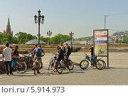 Купить «Велосипедисты на Манежной площади, Москва», фото № 5914973, снято 18 мая 2014 г. (c) Валерия Попова / Фотобанк Лори