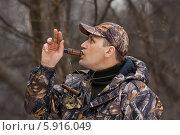 Купить «Охотник манит уток», фото № 5916049, снято 1 мая 2014 г. (c) Павел Родимов / Фотобанк Лори