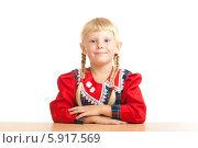 Купить «Светловолосая ученица сидит за столом, сложив руки, на белом фоне», фото № 5917569, снято 5 августа 2012 г. (c) Владимир Сурков / Фотобанк Лори