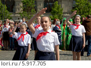 Купить «Пионеры салютуют на всероссийской торжественной линейке, посвященной Дню пионерии и приему в пионеры на Красной площади города Москвы», фото № 5917705, снято 18 мая 2014 г. (c) Николай Винокуров / Фотобанк Лори