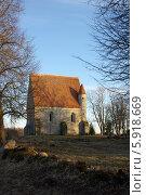 Старая лютеранская часовня с черепичной крышей. Стоковое фото, фотограф Хельга Танг / Фотобанк Лори