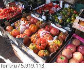 Прилавок с помидорами (2013 год). Редакционное фото, фотограф Татьяна Чечина / Фотобанк Лори