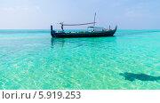 Рыбацкая лодка плавающая у берега мальдивских островов. Стоковое фото, фотограф Воевудский Евгений / Фотобанк Лори