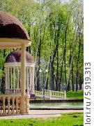 Парк с беседками летом. Стоковое фото, фотограф Oleksii Pyltsyn / Фотобанк Лори