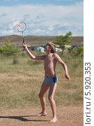 Подросток играет в бадминтон на природе. Стоковое фото, фотограф Вячеслав Зеленин / Фотобанк Лори