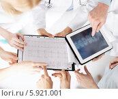 Купить «Консилиум. Врачи обсуждают результаты рентгеновского обследования, глядя на экран планшетного компьютера», фото № 5921001, снято 18 мая 2013 г. (c) Syda Productions / Фотобанк Лори