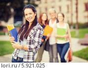 Купить «Привлекательная студентка с папками и книгами в руках», фото № 5921025, снято 15 сентября 2013 г. (c) Syda Productions / Фотобанк Лори