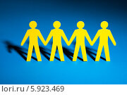 Купить «бумажные фигурки людей», фото № 5923469, снято 29 декабря 2013 г. (c) Андрей Попов / Фотобанк Лори