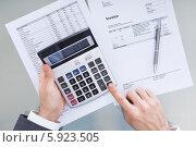 Купить «бизнесмен подсчитывает финансы», фото № 5923505, снято 29 декабря 2013 г. (c) Андрей Попов / Фотобанк Лори