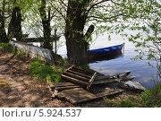 Лодка около старого разломанного пирса. Стоковое фото, фотограф Владимир Котенков / Фотобанк Лори