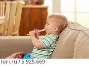 Малыш со шприцом-дозатором для лекарства. Стоковое фото, агентство BE&W Photo / Фотобанк Лори