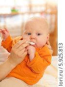 Мать дает жаропонижающее заболевшему ребенку. Стоковое фото, агентство BE&W Photo / Фотобанк Лори