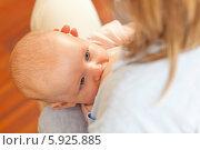 Купить «Младенец сосет молоко из груди», фото № 5925885, снято 17 августа 2018 г. (c) BE&W Photo / Фотобанк Лори