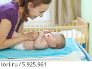 Заботливая мама закапывает малышу средство от насморка. Стоковое фото, агентство BE&W Photo / Фотобанк Лори
