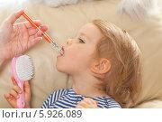 Мама дает ребенку лекарство шприцом-дозатором. Стоковое фото, агентство BE&W Photo / Фотобанк Лори