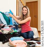 Купить «Радостная девушка собирает одежду в чемодан», фото № 5926501, снято 21 апреля 2014 г. (c) Яков Филимонов / Фотобанк Лори