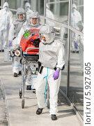 Купить «Врачи-эпидемиологи везут носилки с дезинфекционным контейнером вдоль лаборатории», фото № 5927605, снято 23 апреля 2014 г. (c) CandyBox Images / Фотобанк Лори