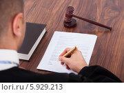 Купить «судья подписывает документ», фото № 5929213, снято 21 февраля 2014 г. (c) Андрей Попов / Фотобанк Лори