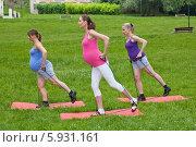 Купить «Три беременных женщины занимаются фитнесом в парке», фото № 5931161, снято 16 июля 2019 г. (c) BE&W Photo / Фотобанк Лори