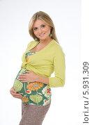 Купить «Очаровательная светловолосая будущая мама в нарядной одежде для беременных», фото № 5931309, снято 17 июля 2018 г. (c) BE&W Photo / Фотобанк Лори