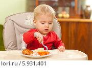 Купить «Очаровательная кроха ест самостоятельно», фото № 5931401, снято 19 июля 2018 г. (c) BE&W Photo / Фотобанк Лори