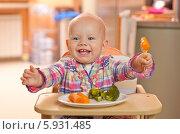 Купить «Очаровательная веселая девочка ест вареные овощи», фото № 5931485, снято 16 июля 2019 г. (c) BE&W Photo / Фотобанк Лори