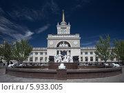 Купить «Волгоград. Вид на фонтан и здание железнодорожного вокзала», эксклюзивное фото № 5933005, снято 8 мая 2014 г. (c) Литвяк Игорь / Фотобанк Лори