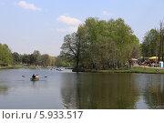 Купить «Люди катаются на лодке в Шибаевском пруду на майские праздники, парк Кузьминки, Москва», эксклюзивное фото № 5933517, снято 1 мая 2014 г. (c) Алексей Гусев / Фотобанк Лори