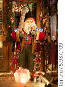 Купить «Фигурка Санта Клауса», фото № 5937109, снято 6 января 2014 г. (c) Литвяк Игорь / Фотобанк Лори