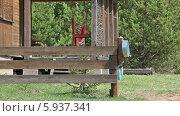 Купить «Рукомойник на заборе возле сельского домика», видеоролик № 5937341, снято 25 мая 2014 г. (c) Кекяляйнен Андрей / Фотобанк Лори