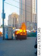 Купить «Пожар в мусорном контейнере в центре Москвы», фото № 5937345, снято 21 мая 2014 г. (c) Зобков Георгий / Фотобанк Лори