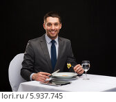 Купить «Бизнес-ланч. Молодой бизнесмен обедает в ресторане», фото № 5937745, снято 9 марта 2014 г. (c) Syda Productions / Фотобанк Лори
