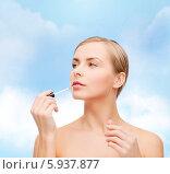 Купить «Привлекательная девушка с ухоженной кожей наносит блеск для губ», фото № 5937877, снято 5 декабря 2013 г. (c) Syda Productions / Фотобанк Лори