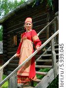 Купить «Девушка в русском народном костюме стоит на ступеньках», фото № 5939045, снято 23 июня 2013 г. (c) ElenArt / Фотобанк Лори