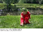 Купить «Девушка в русском народном костюме на празднике Троица», фото № 5939057, снято 23 июня 2013 г. (c) ElenArt / Фотобанк Лори