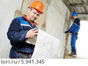 Купить «Электрик с чертежами на строительной площадке», фото № 5941345, снято 12 мая 2014 г. (c) Дмитрий Калиновский / Фотобанк Лори