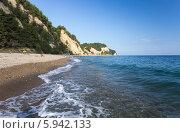 Участок дикого пляжа в Абхазии неподалёку от Пицунды. Стоковое фото, фотограф Анна Кудрявцева / Фотобанк Лори