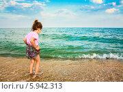 Купить «Ребенок стоит в полосе морского прибоя», фото № 5942313, снято 5 августа 2013 г. (c) g.bruev / Фотобанк Лори
