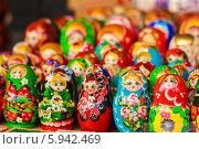Купить «Красочные расписные русские матрешки на прилавке», фото № 5942469, снято 18 августа 2013 г. (c) g.bruev / Фотобанк Лори