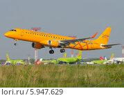 Купить «Самолет Embraer ERJ-195AR (бортовой VQ-BRX) авиакомпании Saratov Airlines вылетает из Домодедова», эксклюзивное фото № 5947629, снято 25 мая 2014 г. (c) Alexei Tavix / Фотобанк Лори