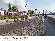 Купить «Два велосипедиста катаются по велодорожке в пешеходной зоне на Крымской набережной», эксклюзивное фото № 5947697, снято 22 мая 2014 г. (c) Родион Власов / Фотобанк Лори