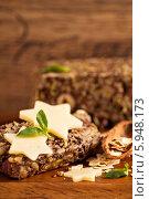 Купить «Хлеб с овсяными хлопьями, семенами и орехами», фото № 5948173, снято 26 июня 2013 г. (c) Елена Веселова / Фотобанк Лори