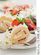 Купить «Торт с клубничным кремом», фото № 5948473, снято 21 мая 2014 г. (c) Елена Веселова / Фотобанк Лори