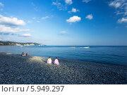 Абхазия, Пицунда. Галечный пляж вечером, дети после купания. Стоковое фото, фотограф Анна Кудрявцева / Фотобанк Лори