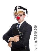 Забавный бизнесмен в шутовском колпачке с портфелем в руках на белом фоне. Стоковое фото, фотограф Elnur / Фотобанк Лори