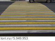 Купить «Пешеходный переход с машиной», фото № 5949953, снято 17 мая 2014 г. (c) Дмитрий Савостин / Фотобанк Лори