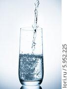 Купить «Вода наливается в стеклянный стакан», фото № 5952225, снято 20 марта 2014 г. (c) Natalja Stotika / Фотобанк Лори